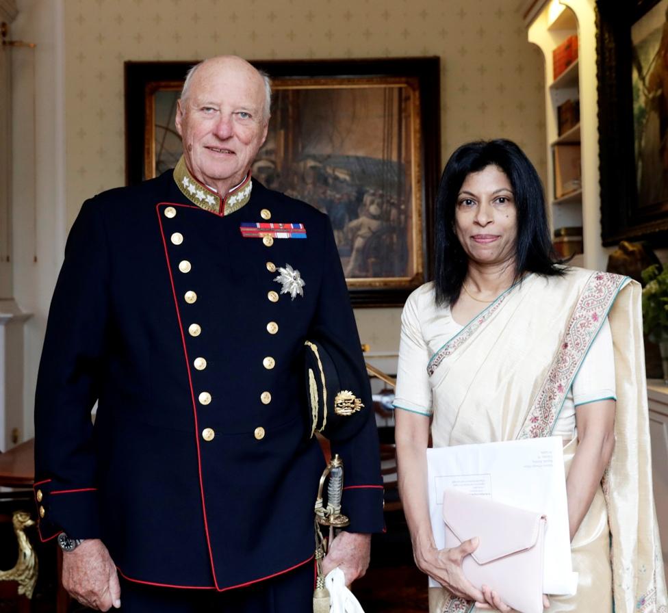 OSLO 20180906. Kong Harald tar imot Sri Lankas nye ambassadør, Arusha Cooray, til audiens på slottet torsdag Foto: Berit Roald / NTB scanpix